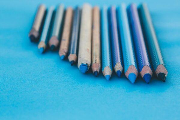 Foto af farveblyanter af forskellig længde