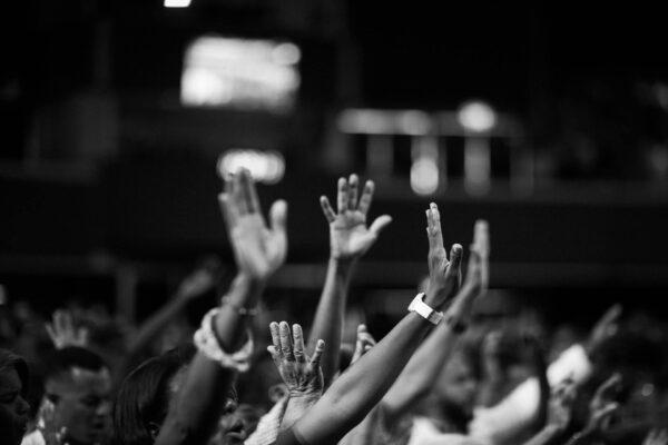 Billede af folk, der rækker armene i vejret - illustrerer at folk kommer til at flokkes om dit jobopslag.